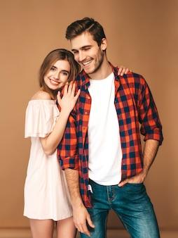 笑顔の美しい少女と笑っている彼女のハンサムなボーイフレンドの肖像画。