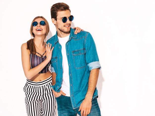 Портрет улыбается красивая девушка и ее красивый парень смеется. счастливая веселая пара в солнцезащитные очки.