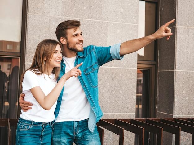 笑顔の美しい少女と彼女のハンサムなボーイフレンド。カジュアルな夏のジーンズ服の女性。
