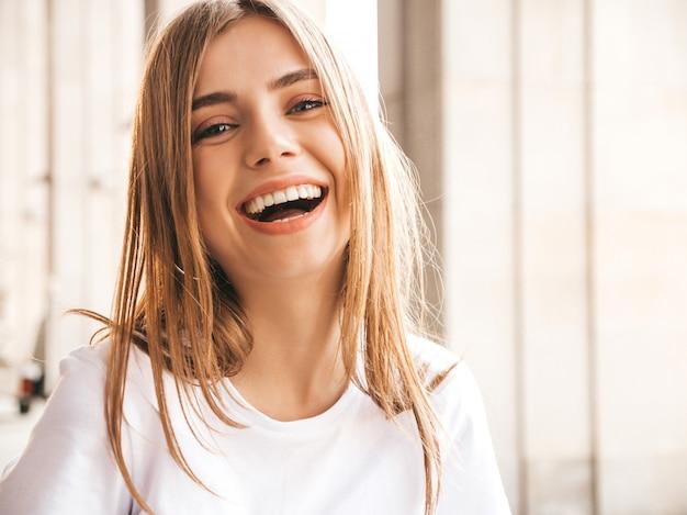 Портрет красивой улыбкой белокурая модель, одетая в летней одежде битник.