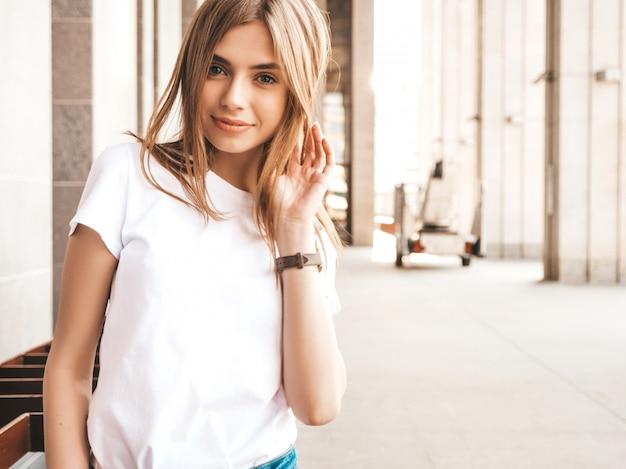夏の流行に敏感な服に身を包んだ美しいブロンドモデルの肖像画。