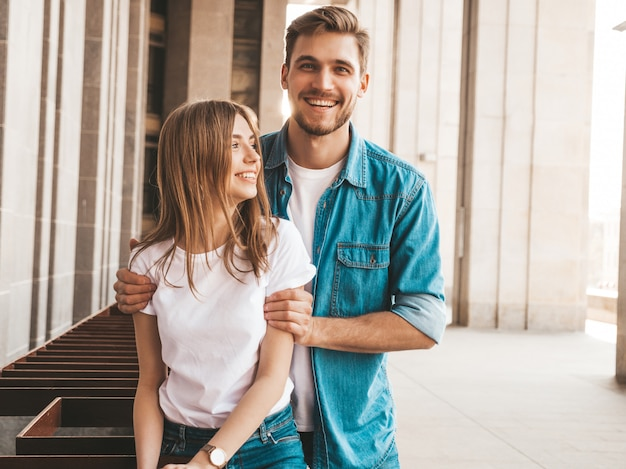 笑顔の美しい少女と彼女のハンサムなボーイフレンドの肖像画。カジュアルな夏のジーンズ服の女性。