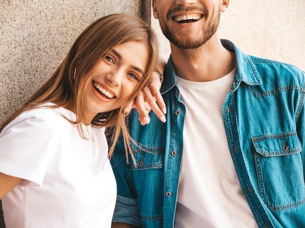 Портрет улыбается красивая девушка и ее красивый парень. женщина в повседневной джинсовой одежде.