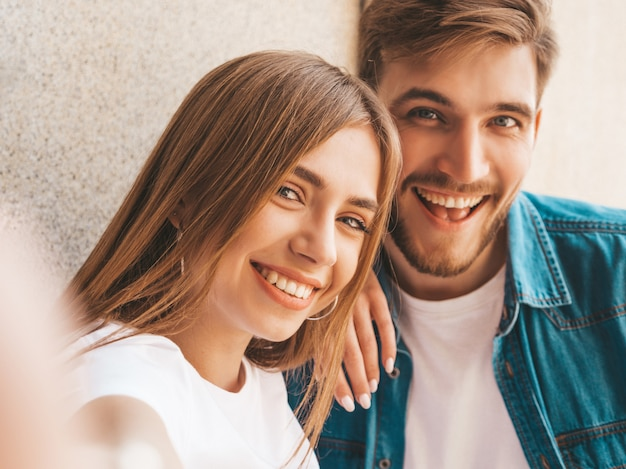Улыбка красивая девушка и ее красивый парень в повседневной летней одежде.