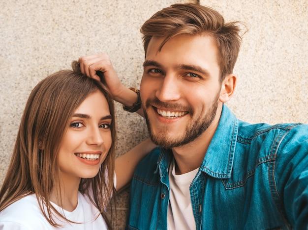 カジュアルな夏服で笑顔の美しい少女と彼女のハンサムなボーイフレンド。