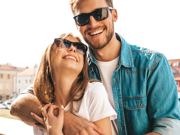 笑顔の美しい少女とカジュアルな夏服とサングラスで彼女のハンサムなボーイフレンドの肖像画。