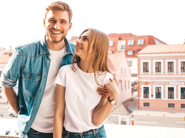 笑顔の美しい少女と彼女のハンサムなボーイフレンドの肖像画。カジュアルな夏のジーンズ服の女性。幸せな陽気な家族。