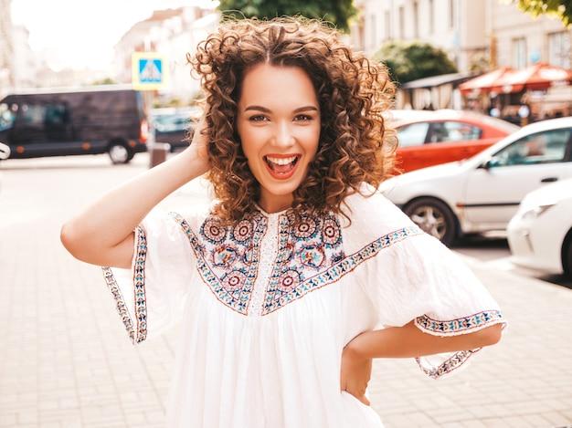 Портрет красивые улыбающиеся модели с афро кудри прическа, одетые в летнее битник белое платье.