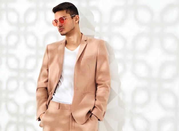 エレガントな明るいピンクのスーツに身を包んだファッションスタイリッシュなモデル