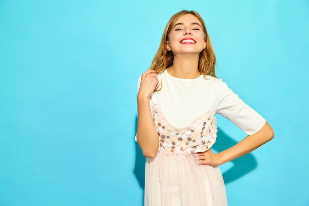 Молодая красивая женщина модная женщина в повседневной летней одежде. положительная женская модель изолированная на голубой стене