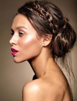 新鮮な毎日の化粧と赤い唇の美しい女性モデルの肖像画