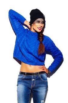 Гламур стильная красивая молодая модель с красными губами в синем свитере