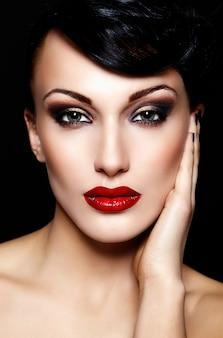 赤い唇と美しいセクシーなブルネット白人若い女性モデルの魅力のクローズアップの肖像画