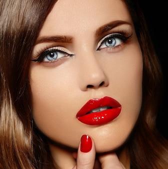 赤い唇と美しいセクシーなスタイリッシュな白人の若い女性モデルの容姿のクローズアップの肖像画