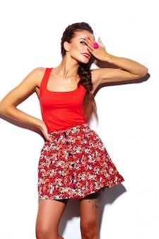 Гламур стильная красивая молодая женщина модель с красными губами летом яркие красочные битник ткань