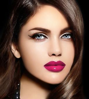 ピンクの自然な唇を持つ美しいセクシーなスタイリッシュな白人の若い女性モデルの肖像画