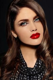赤い自然な唇と美しいセクシーなスタイリッシュな白人の若い女性モデルの肖像画
