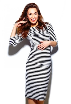 グラマーゼブラドレスの赤い唇とスタイリッシュな美しい若い幸せな笑顔の女性モデル