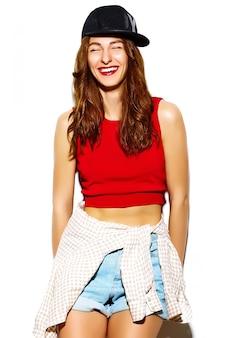 おかしいグラマースタイリッシュなセクシーな笑みを浮かべて美しい若い女性モデルの夏の明るいヒップスター布キャップ