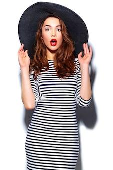 Гламур стильная красивая молодая счастливая улыбающаяся женщина модель с красными губами в платье зебры