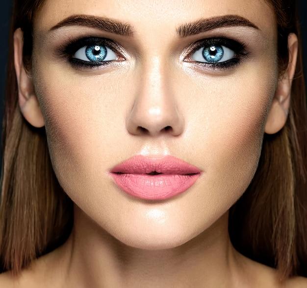 Чувственный гламур портрет красивой женщины модель леди со свежим ежедневным макияжем