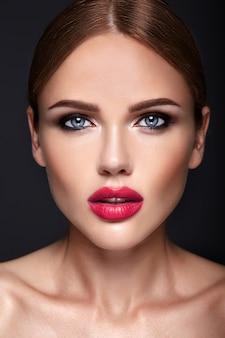 夜のメイクとロマンチックな髪型と美しい女性モデルの肖像画。