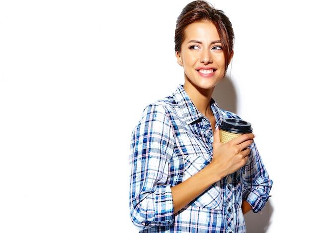 Портрет красивой женщины модели в повседневной летней одежде без макияжа на белой стене