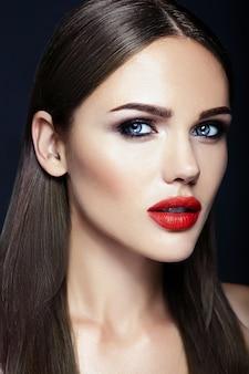 赤い唇の色ときれいな健康な肌の顔を持つ美しい女性モデルの女性の官能的な魅力の肖像画