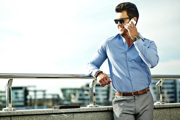 フォーマルな服とサングラスのビジネスマン