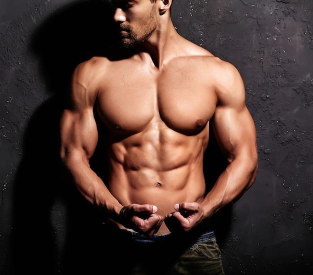 Сильный мужчина без футболки