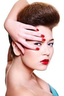 Красивая девушка с красными губами и ногтями