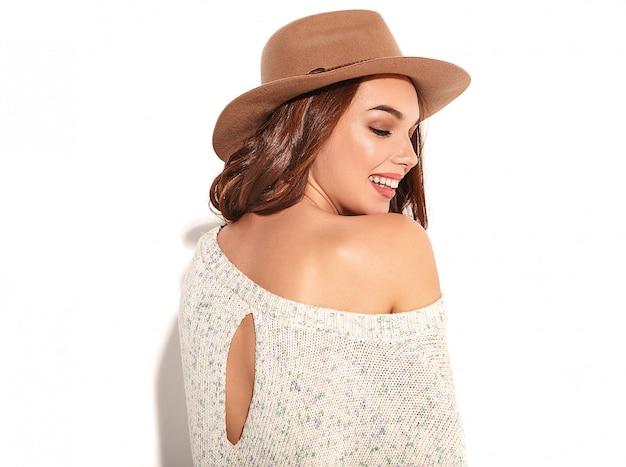 Портрет молодой стильной модели девушки в случайных летних одеждах в коричневой шляпе с естественным изолированным составом.