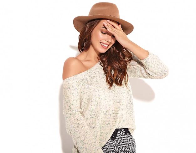 分離された自然なメイクと茶色の帽子でカジュアルな夏服でスタイリッシュな少女モデルの肖像画。