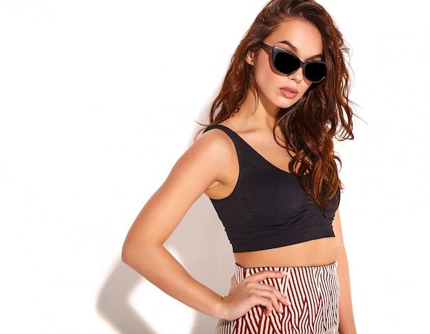Портрет молодой стильной девушки модели в повседневной летней одежде с естественным макияжем в солнцезащитные очки изолированы