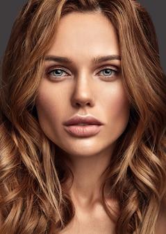 自然化粧と完璧な肌のポーズを持つ若いブロンドの女性モデルの美容ファッションポートレート