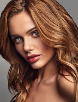 Портрет моды красоты молодой белокурой модели женщины с естественным составом и представлять идеальной кожи