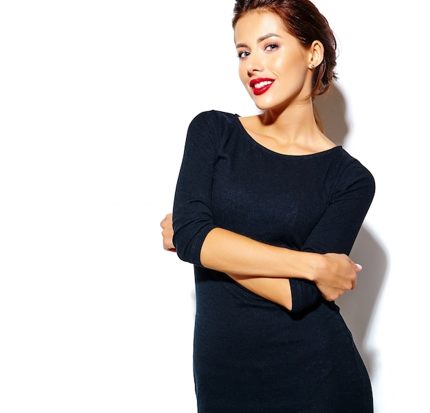 Красивая счастливая милая сексуальная брюнетка женщина в черном платье с красными губами на белом фоне