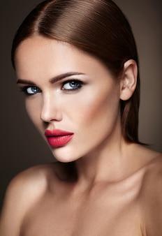 夜の化粧とロマンチックな髪型の美しい少女モデルの肖像画。赤い唇