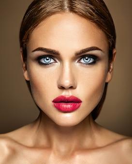Чувственный гламур портрет красивой женщины модели леди со свежим ежедневным макияжем с красными губами цвета и чистой здоровой кожей лица