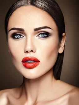 赤い唇の色ときれいな健康的な肌の顔と新鮮な毎日のメイクで美しい女性モデルの女性の官能的な魅力の肖像画