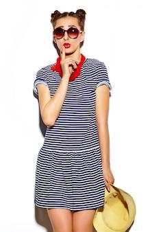 ファッション性の高い外観。夏の明るい流行に敏感な布で面白いグラマースタイリッシュなセクシーな笑顔の美しい若い女性モデル