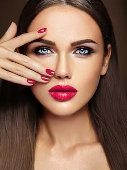 ピンクの唇の色ときれいな健康な肌の顔と新鮮な毎日のメイクと美しい女性モデルの女性の官能的な魅力の肖像画