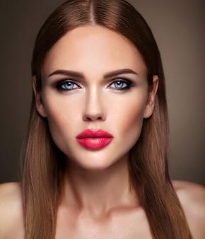 夜の化粧とロマンチックな髪型の美しい少女モデルの肖像画。ピンクの唇