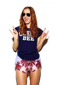 ファッション性の高い外観。面白いグラマースタイリッシュなセクシーな笑みを浮かべて美しい若い女性モデルの夏の明るい流行に敏感な布ショーロックンロール記号