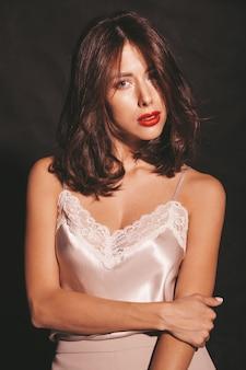 Портрет крупного плана красивой чувственной женщины брюнет. девушка в элегантной бежевой классической одежде. модель с красными губами, сложенные
