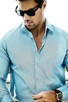 通りにサングラスでカジュアルな布で若いセクシーなハンサムなモデル男のファッションポートレート