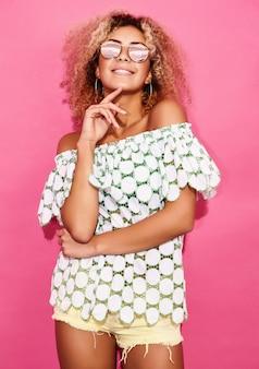 Женщина в модной летней одежде позирует