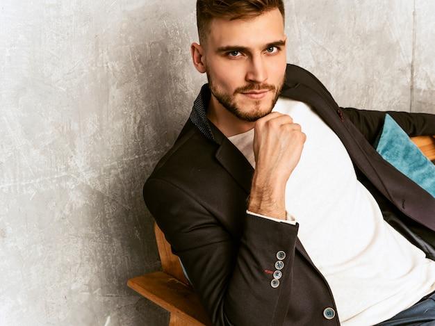 Портрет красивой уверенно битник бизнесмен модели носить случайный черный костюм.