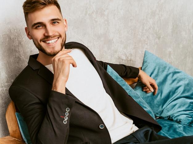 カジュアルな黒のスーツを着ているハンサムな流行に敏感なビジネスマンモデルの肖像画。