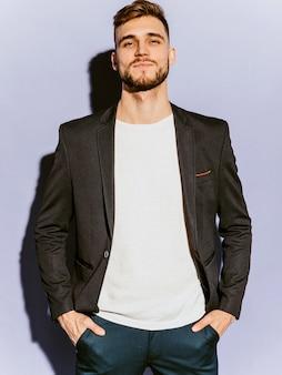 カジュアルな黒のスーツを着ているハンサムな自信を持って流行に敏感なビジネスマンモデルの肖像画。